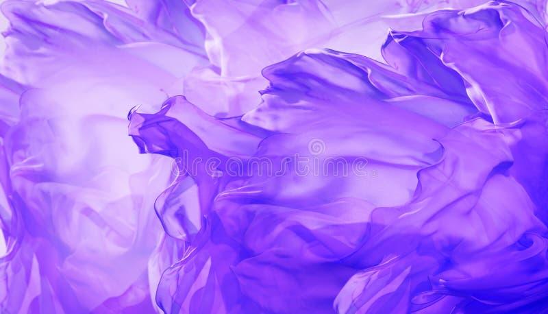 Fondo del tessuto di seta, estratto che ondeggia il panno porpora di volo fotografia stock libera da diritti