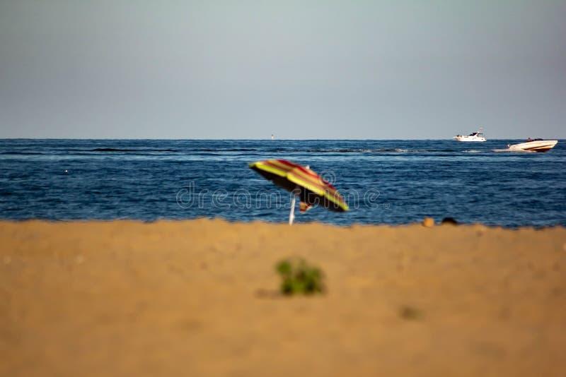 Fondo del verano foto modificada con la saturación de la playa y mar con el umbrellon fotos de archivo libres de regalías