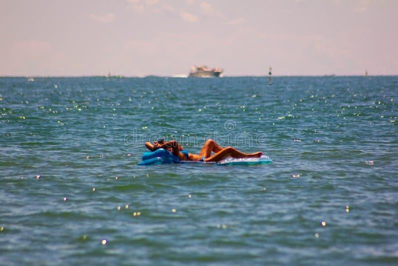 Fondo del verano foto modificada con la saturación de la playa y mar con el umbrellon foto de archivo
