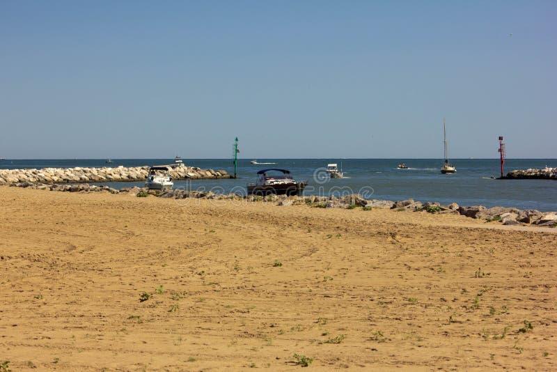 Fondo del verano foto modificada con la saturación de la playa y mar con el umbrellon fotografía de archivo libre de regalías