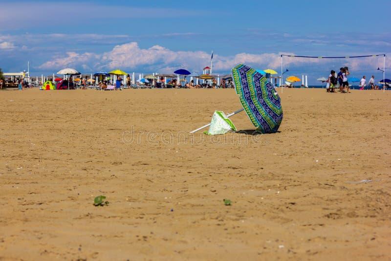 Fondo del verano foto modificada con la saturación de la playa y mar con el umbrellon imagen de archivo