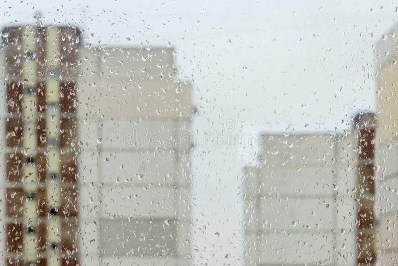 Fondo del vetro di finestra durante la pioggia immagine stock