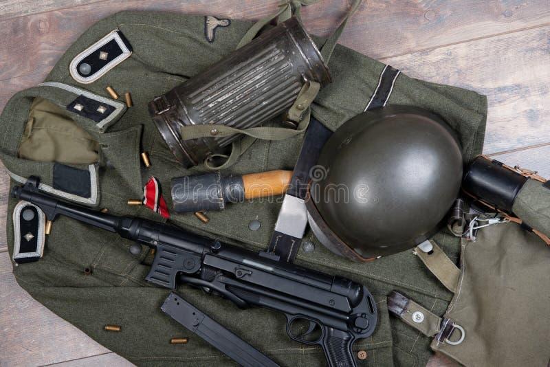 Fondo del vintage con el equipo de campo del ejército alemán Ww2 foto de archivo