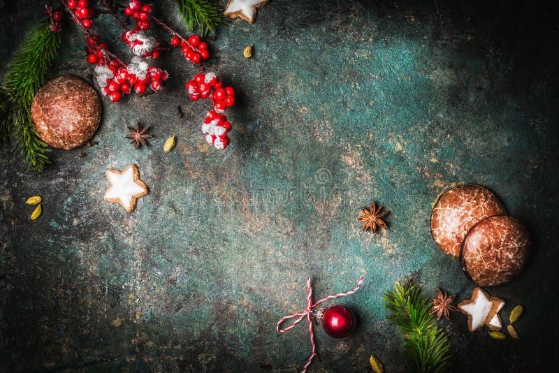 Fondo del vintage de la Navidad con las ramas del abeto, las galletas y los panes de jengibre, visión superior fotografía de archivo
