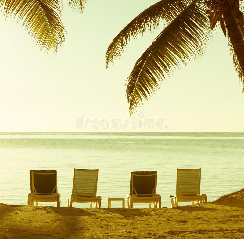 Fondo del vintage de las sillas de playa imagenes de archivo