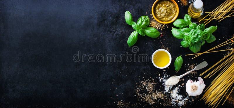 Fondo dell'alimento con gli ingredienti per il pesto fotografia stock libera da diritti
