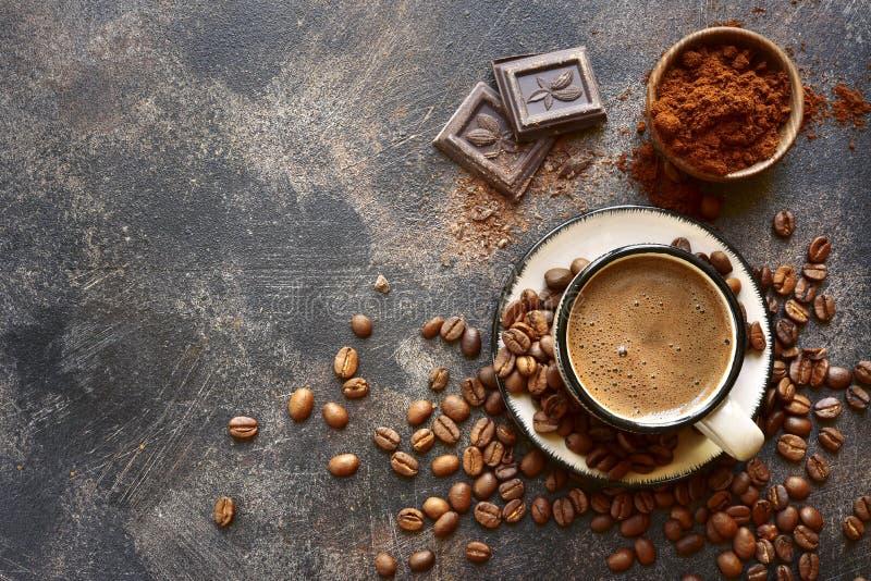 Fondo dell'alimento con la tazza di caffè e gli ingredienti per fare A immagine stock libera da diritti