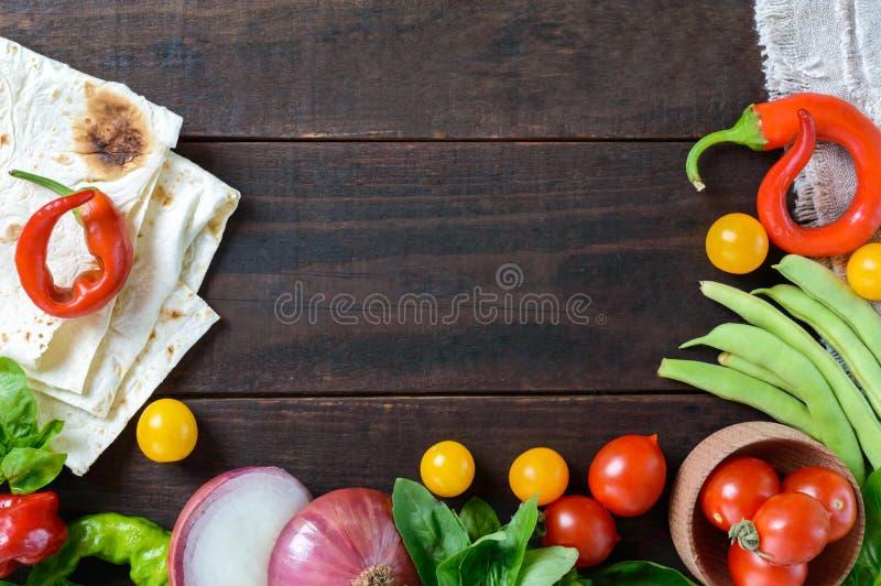 Fondo dell'alimento: pomodori ciliegia, peperoncino, basilico, fagiolini, cipolle, pane della pita fotografia stock libera da diritti