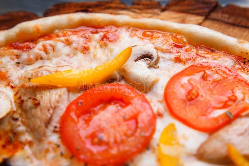 Fondo dell'alimento, struttura della pizza Chiuda su di spirito appetitoso della pizza fotografie stock