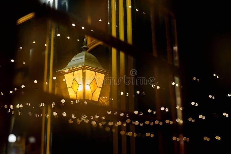 Fondo dell'estratto della via di notte Accensione della lanterna della via nella riflessione della finestra immagine stock libera da diritti