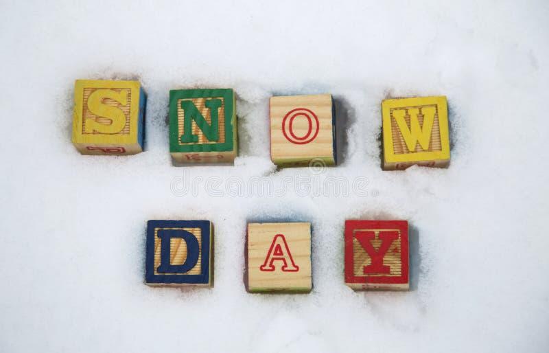 Fondo dell'estratto di giorno della neve della scuola immagini stock