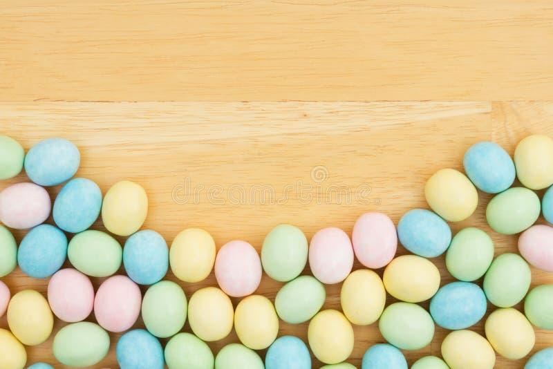 Fondo dell'uovo di Pasqua di Candy su legno fotografia stock libera da diritti