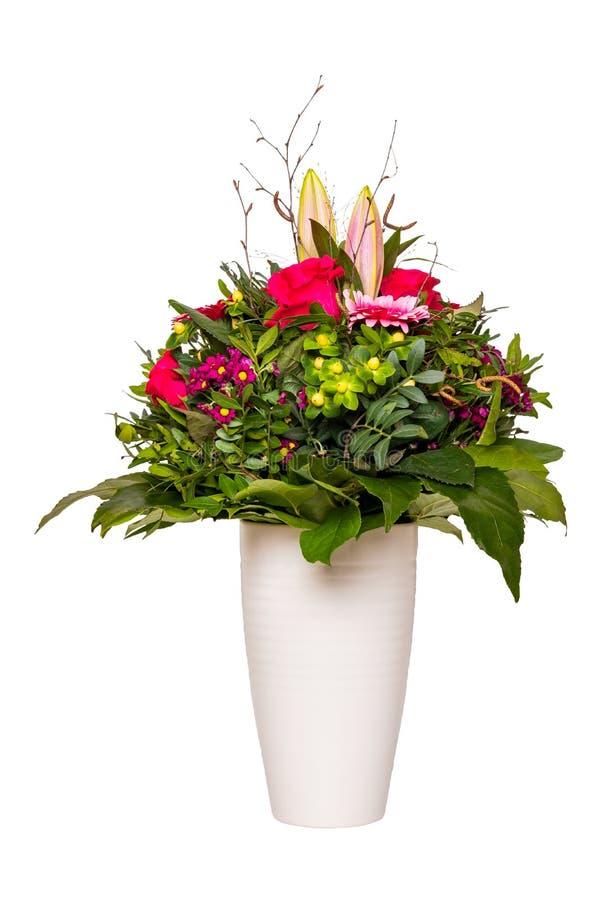 Fondo della decorazione del fiore Primo piano di bello mazzo dei fiori variopinti in un vaso bianco decorativo isolato su un bian fotografie stock