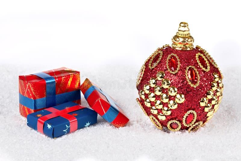 Fondo della decorazione del nuovo anno o di Natale: palla rossa di natale sulla s fotografie stock