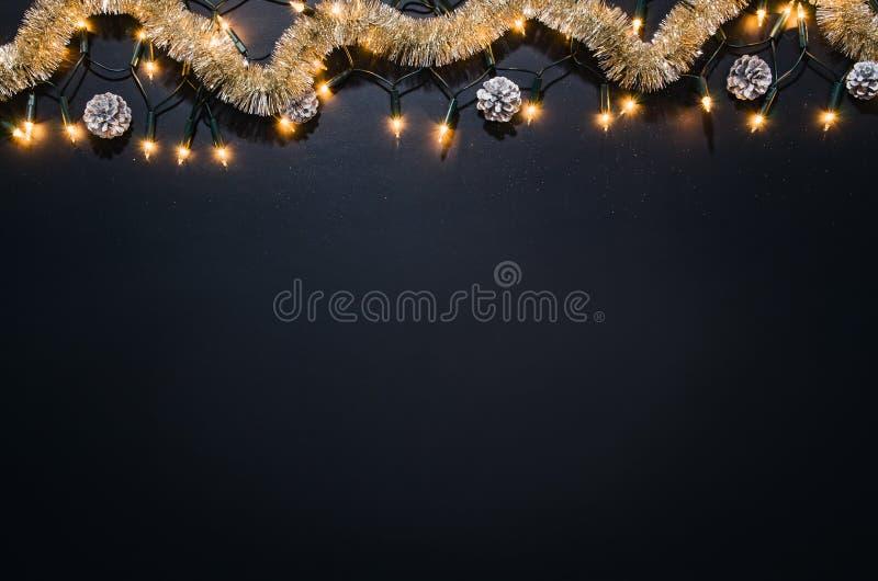 Fondo della decorazione di Natale sopra la lavagna nera fotografia stock libera da diritti