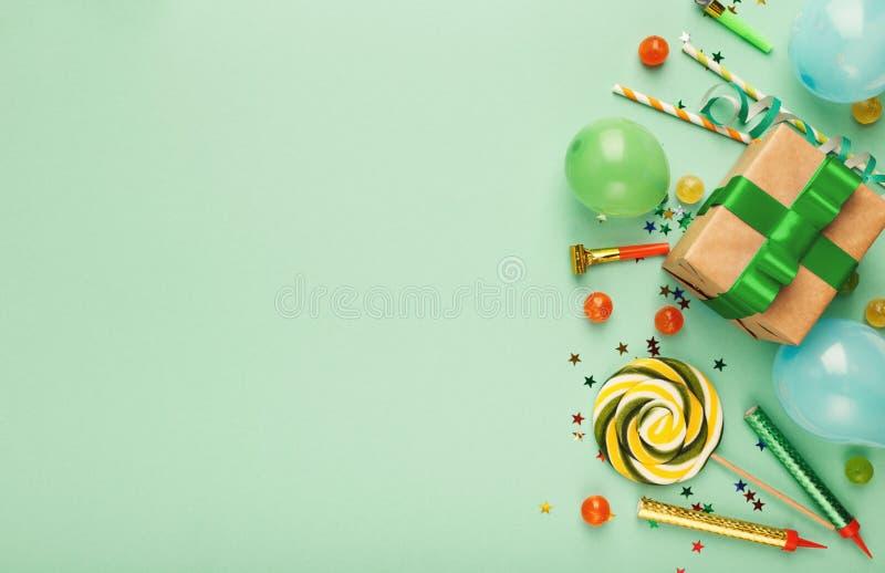 Fondo della festa di compleanno con il regalo e le lecca-lecca fotografia stock libera da diritti