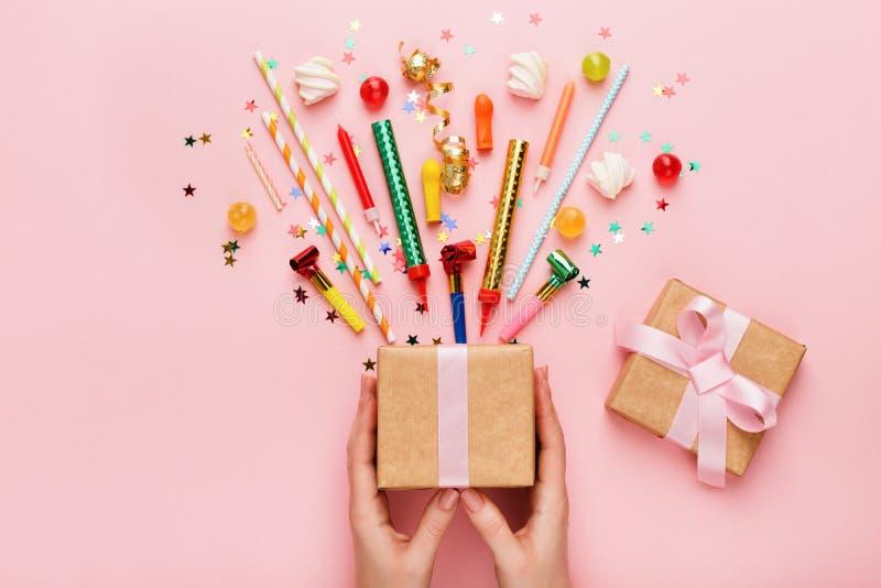 Fondo della festa di compleanno con il regalo ed i coriandoli fotografia stock libera da diritti