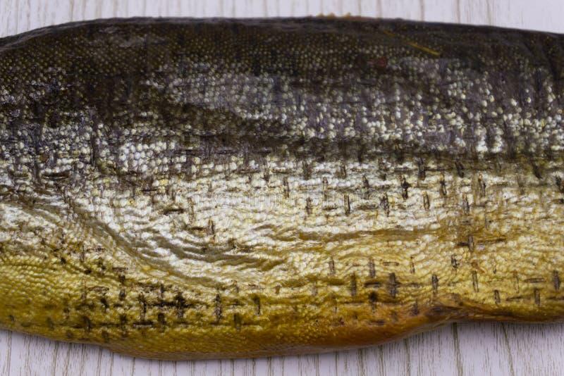 Fondo della fine affumicata dorata del pesce su fotografie stock