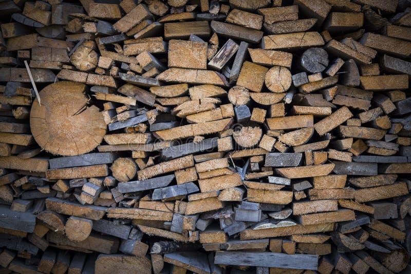 Fondo della legna da ardere - contesto di legno tagliato impilato dei ceppi fotografia stock libera da diritti