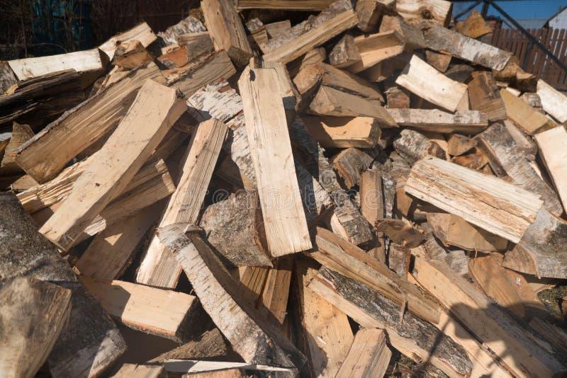 Fondo della legna da ardere - legna da ardere tagliata su una pila La legna da ardere tagliata asciutta collega un mucchio Prepar immagine stock libera da diritti