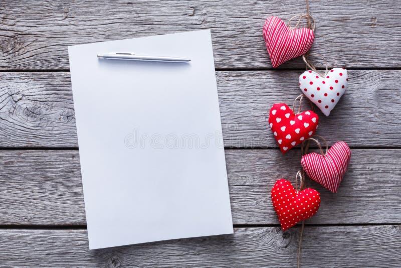 Fondo della lettera di giorno di S. Valentino, mazzo dei cuori su legno, spazio della copia fotografia stock libera da diritti