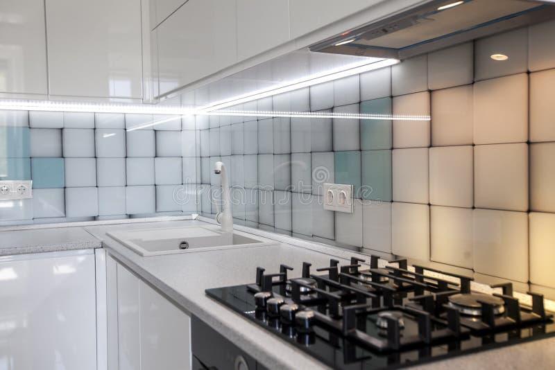 Fondo della mobilia Piastrina del gas su una superficie di pietra nella cucina fotografia stock libera da diritti