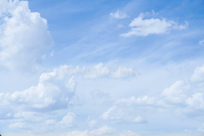 Fondo della natura della nuvola lanuginosa bianca con cielo blu fotografia stock libera da diritti