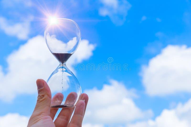 Fondo della nuvola del cielo blu di tempo di orologio del temporizzatore della sabbia della clessidra immagini stock
