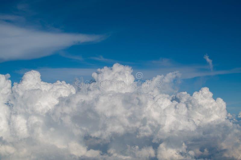 Fondo della nuvola di diffusione dello spargimento del cielo blu fotografie stock libere da diritti