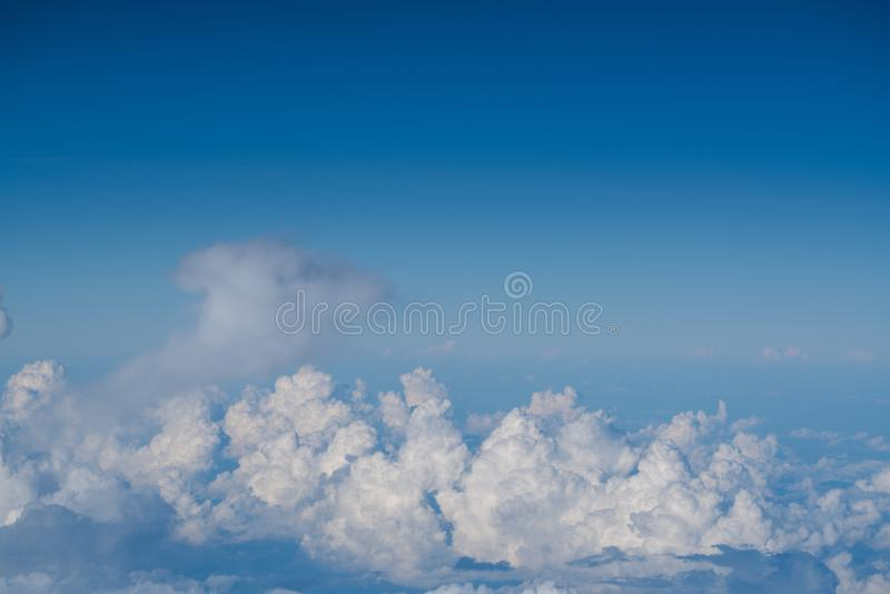 Fondo della nuvola di diffusione dello spargimento del cielo blu immagine stock