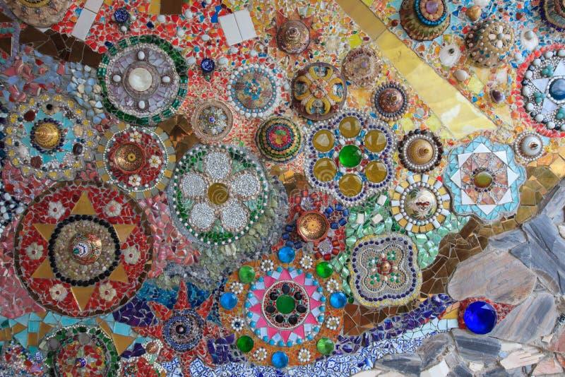 Fondo della parete decorato con porcellana tailandese immagine stock libera da diritti