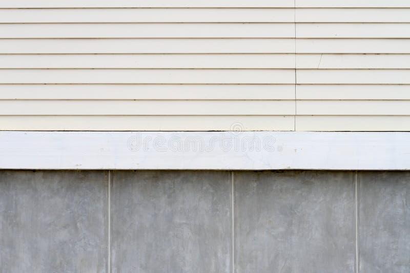 Fondo della parete di legno e del muro di cemento immagine stock libera da diritti