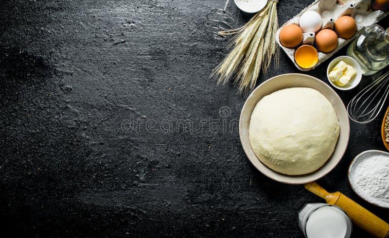 Fondo della pasta Pasta con le uova, la farina ed il burro immagini stock libere da diritti