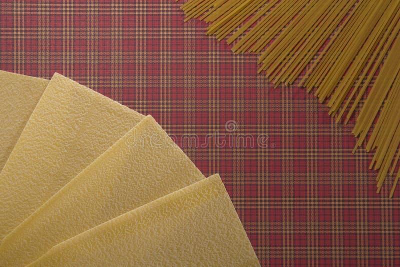 Fondo della pasta degli strati e degli spaghetti di lasagne Disposizione piana Vista superiore fotografia stock