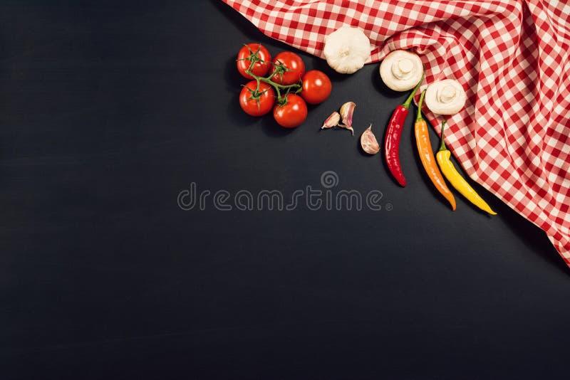 Fondo della preparazione di alimento con gli ingredienti della pasta Vista superiore fotografia stock libera da diritti