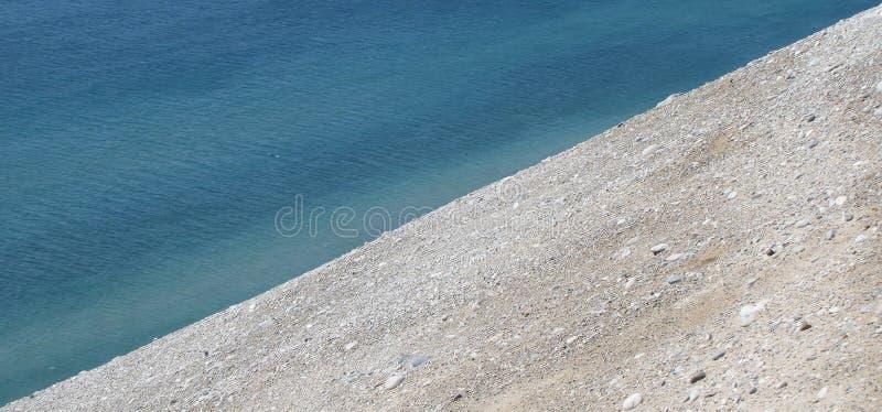 Fondo della sabbia e dell'acqua in diagonale fotografia stock libera da diritti