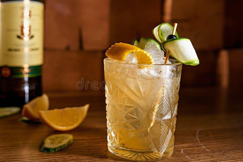 Fondo della sfuocatura del cocktail dell'alcool immagini stock libere da diritti