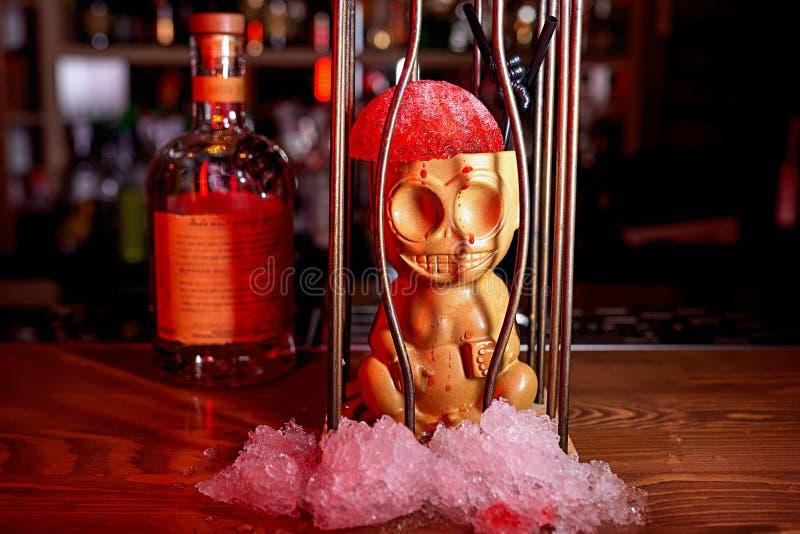 Fondo della sfuocatura del cocktail dell'alcool immagine stock
