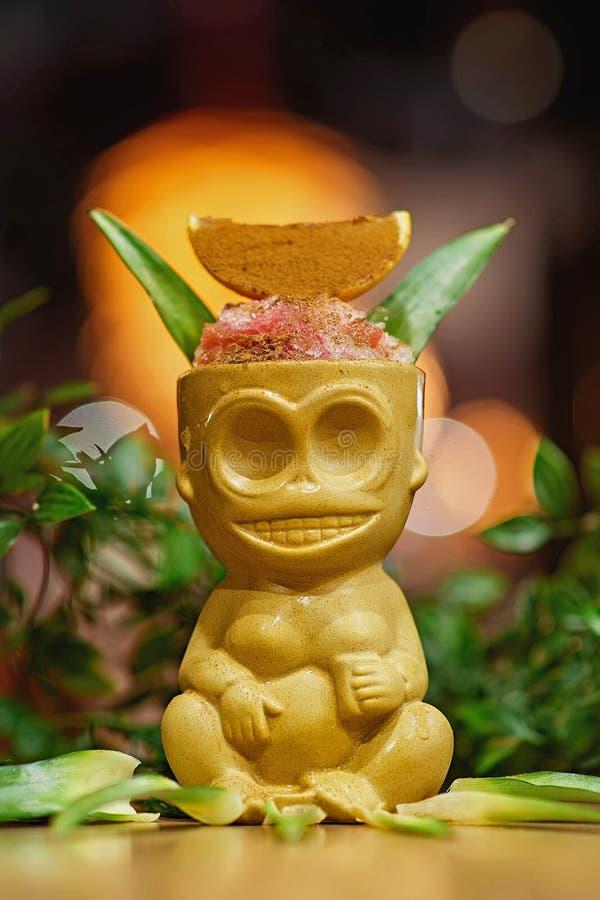 Fondo della sfuocatura di Tiki Cocktail fotografia stock libera da diritti