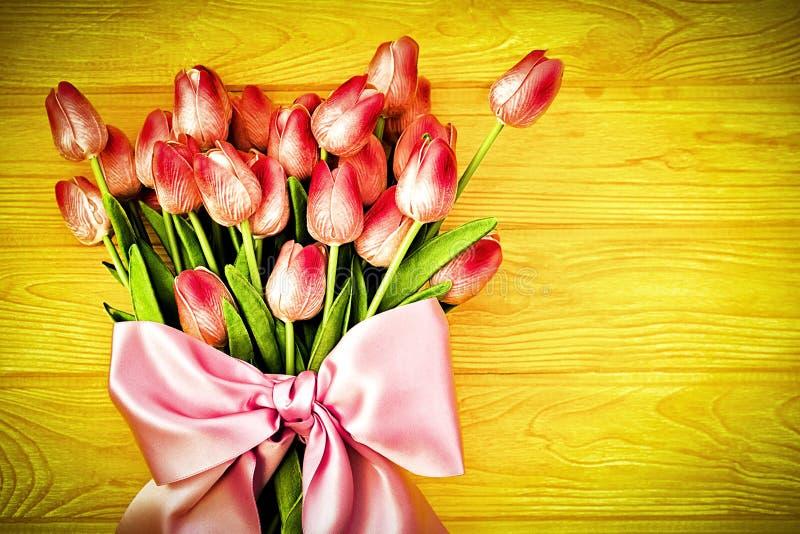 Fondo della sorgente con i tulipani immagini stock libere da diritti