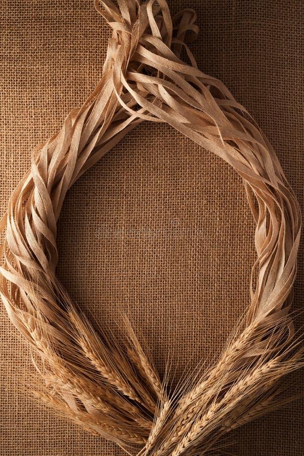 Fondo della tela di sacco della struttura del lino della corda di natura morta del malto immagini stock libere da diritti
