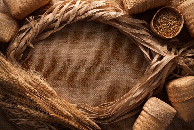 Fondo della tela di sacco della struttura del lino della corda di natura morta del malto immagine stock