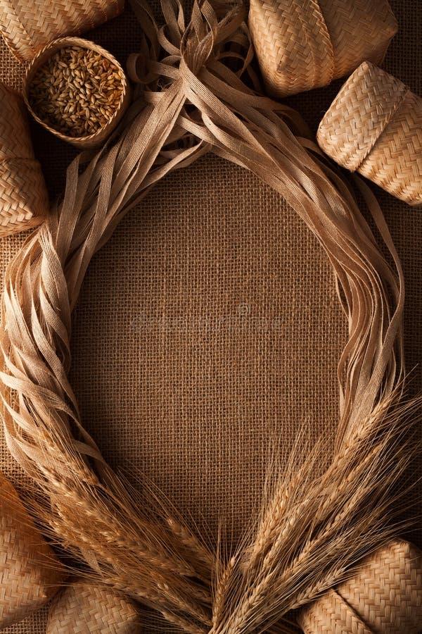 Fondo della tela di sacco della struttura del lino della corda di natura morta del malto fotografia stock libera da diritti