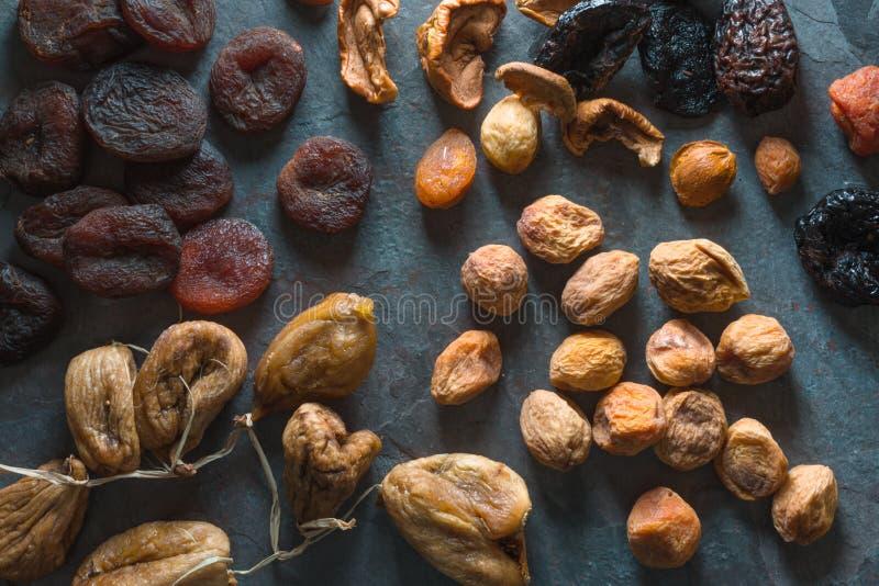 Fondo delle albicocche secche, dei fichi e delle pere secchi di frutti fotografia stock
