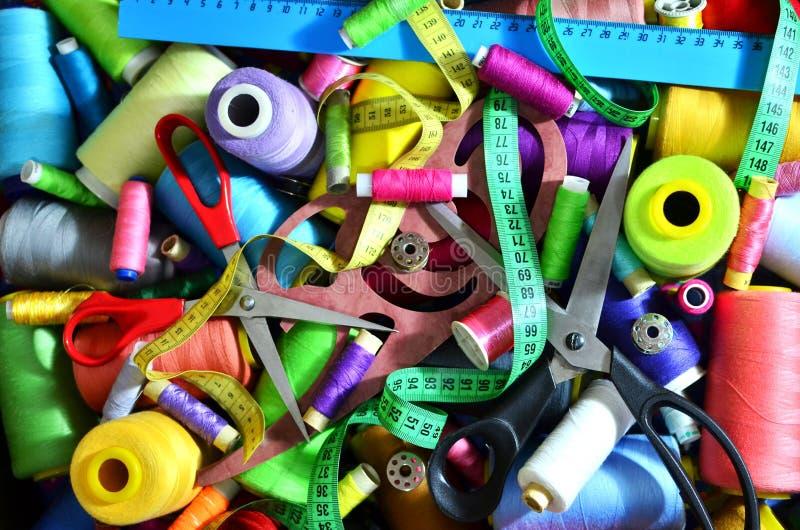 Fondo delle bobine con i fili multicolori per cucire Cucito, cucente ed adattante concetto immagini stock libere da diritti