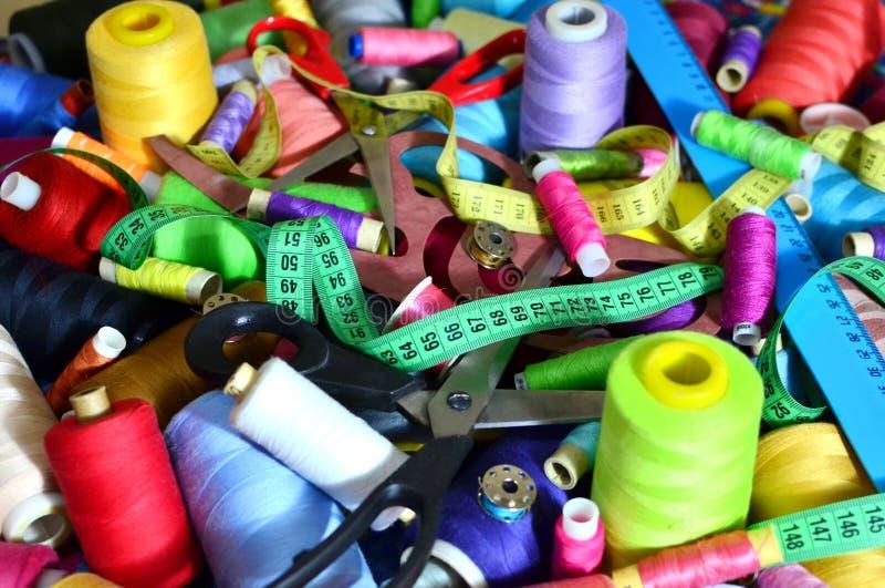 Fondo delle bobine con i fili multicolori per cucire Cucito, cucente ed adattante concetto fotografie stock