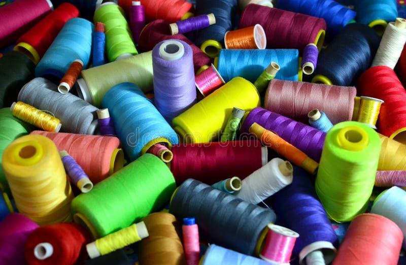 Fondo delle bobine con i fili multicolori per cucire Cucito, cucente ed adattante concetto fotografia stock libera da diritti