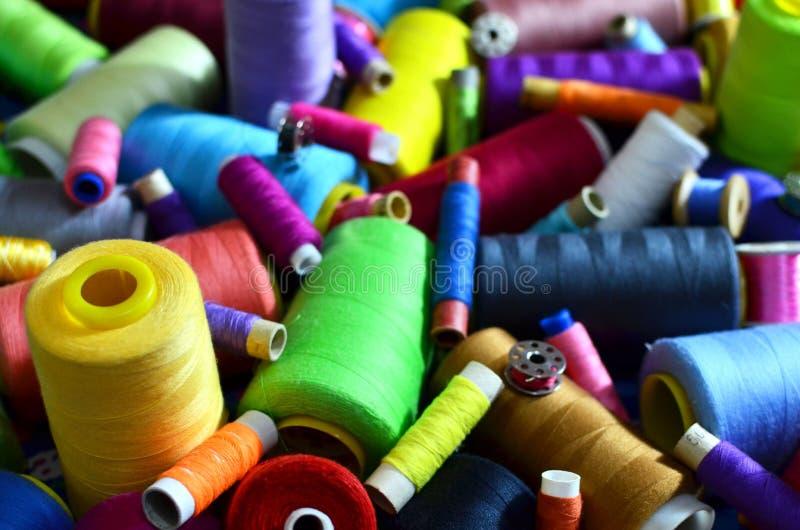 Fondo delle bobine con i fili multicolori per cucire Cucito, cucente ed adattante concetto fotografia stock