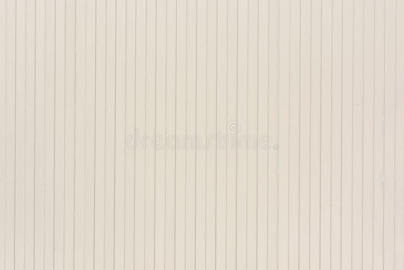Fondo delle linee verticali di linee Impallidisca la parete beige delle bande insolite, assicelle fotografie stock