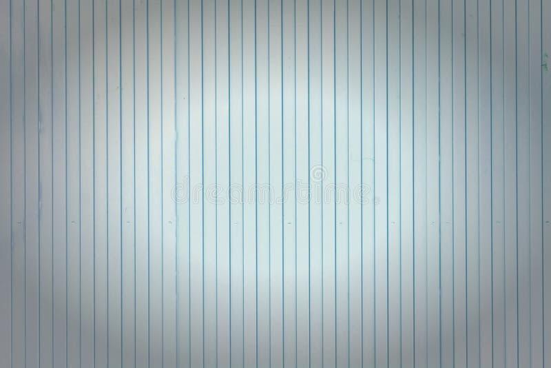 Fondo delle linee verticali di linee Parete blu-chiaro delle bande insolite, assicelle Foto con una scenetta fotografia stock libera da diritti